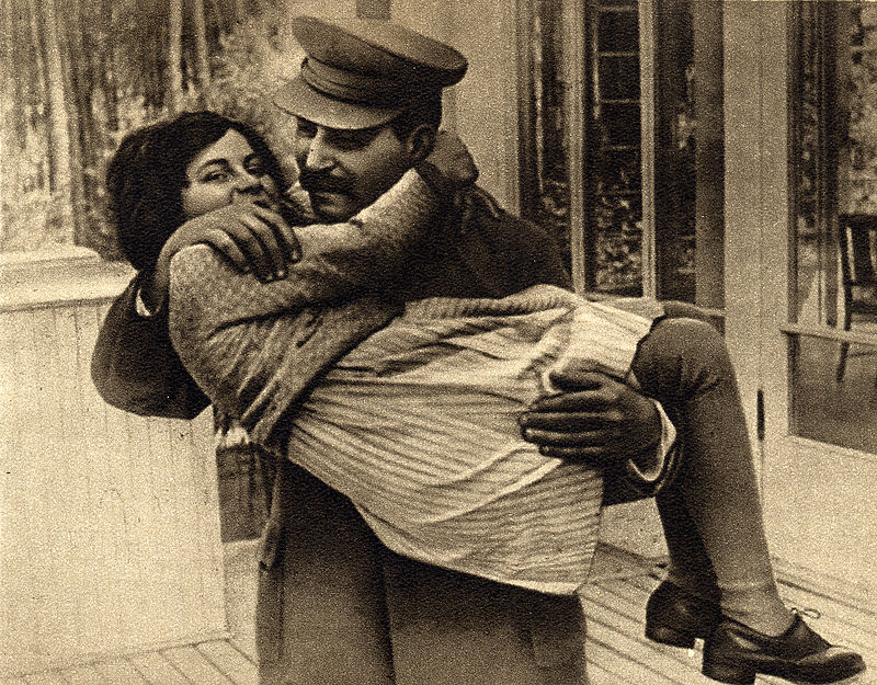 800px-Joseph_Stalin_with_daughter_Svetlana,_1935